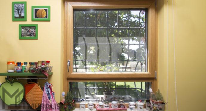 Finestra in legno con specchiatura fissa - Muralisi